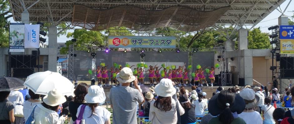 2017年宝塚サマーフェスタのステージとステージ上のダンスを見る人々