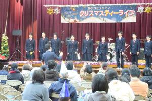9名の中学生がステージ前でコーラスを披露している