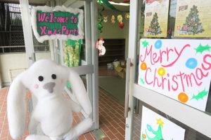 チラシや「Welcome」など書かれた飾り付けのある体育館入口まで来たまちキョン
