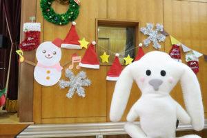 雪だるまやサンタ帽、雪の結晶の飾り付けと一緒に写るまちキョン