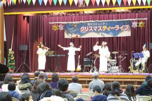 手話バンドの3名が舞台で歌声と手話を披露