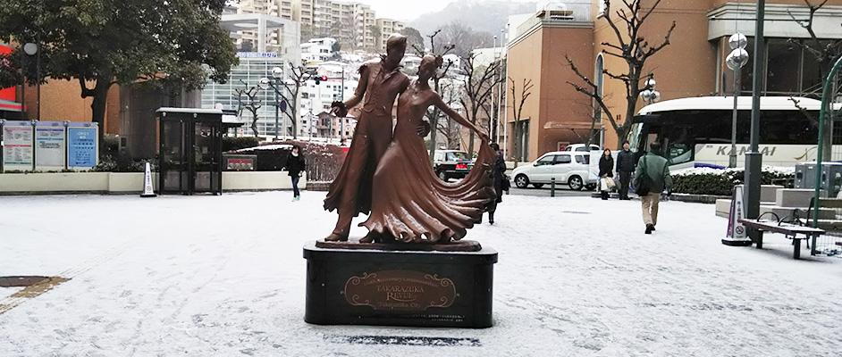 画像:前日の雪と冷え込みで地面が真っ白に染まった宝塚駅前ゆめ広場