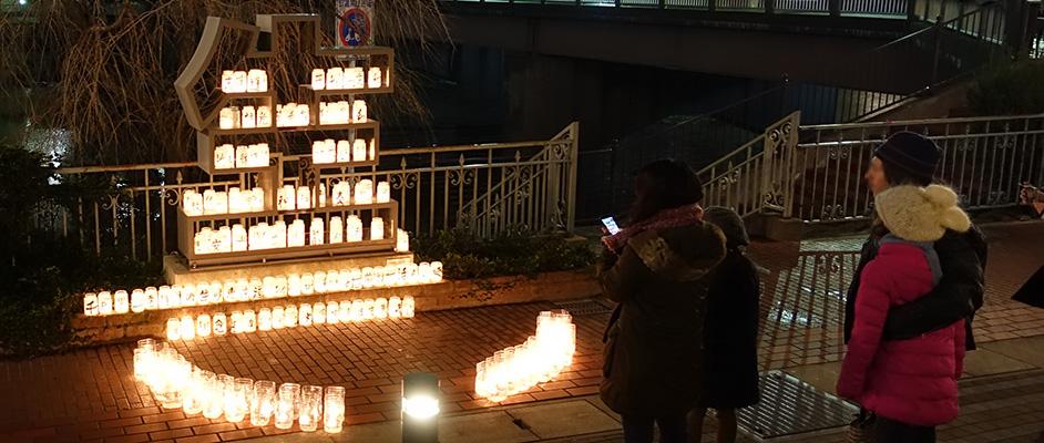 画像:宝塚大橋横の「生」モニュメントが追悼ライトアップされている風景