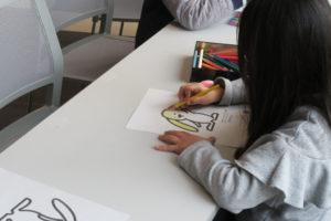 まちキョンの塗り絵を黄色の色鉛筆で塗っている子どもさん