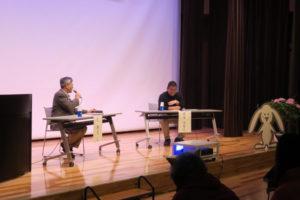 ステージ上で質疑応答に答えている久先生と前田園長