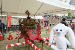 白いテントの下にお神輿が置かれている