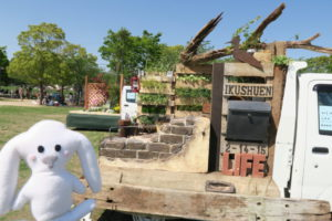 軽トラック上のミニ庭園(レンガや枯れ木・ポストや茶色の鳥のオブジェなどでレトロな雰囲気)