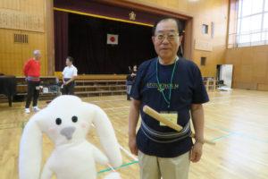 コミュニティ会長が帯に木刀を挿してまちキョンと写真に写っている