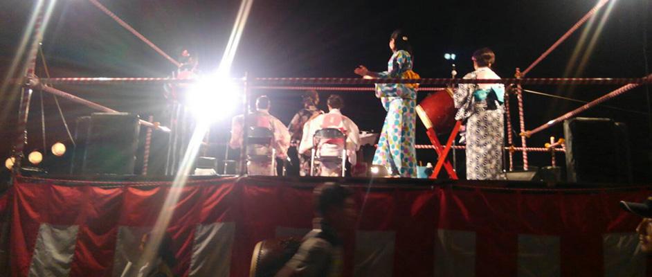 宝塚サマーフェスタ2018にてヤグラの上で6人ほどの浴衣の女性達が演奏や踊りを披露している
