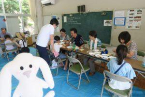 室内の工作教室で工作に取り組む子ども達