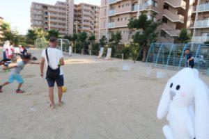 水を入れたペットボトルをボーリングのピンに見立てて、男の子が今まさにボールを蹴って倒そうとしている