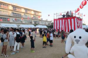 夏まつりが開催されている末広小学校校庭にたくさんの人が集まっている
