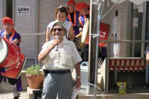 コミュニティ長尾の会長久保田さんがマイクを持ってお話をされています