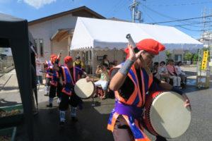 沖縄の民族衣装を着た人達が太鼓をたたいています