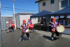 沖縄の民族衣装を着た人達が太鼓の練習をしています