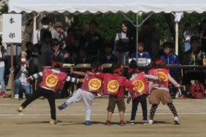 丸いマークのようなものが入った赤い衣装を着てダンスを披露する5人の子どもたち