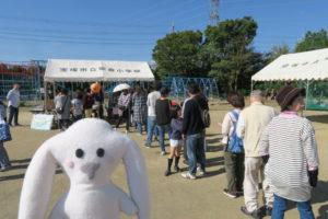 テント前にサツマイモや枝豆販売の順番待ちの行列ができている