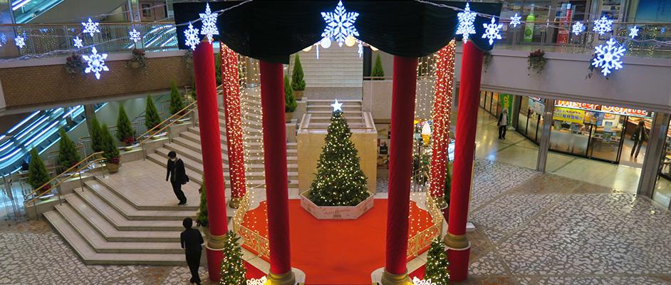 ソリオ宝塚のグランドフロアのステージ上になっている部分にクリスマスツリーが置かれ、周囲が雪の結晶のオブジェや電飾で飾り付けられている