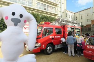 子ども達が消防車の中を見学しています