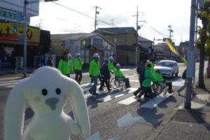 みんなで並んで横断歩道を渡っています