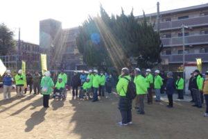 学校に到着した地域の方々が集まり説明を聞いています