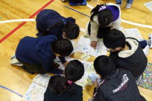 グループに分かれた子ども達が地震の冊子を見ながら話し合いをしています