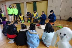 子ども達が消防士の方からAEDの使い方の説明を受けています