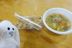器に入っている出来立てで湯気が立つ豚汁とパックに入ったアルファ化米のご飯が並んでいます