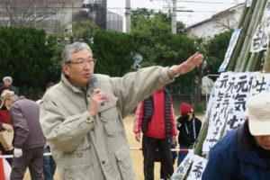 竹のやぐらの側でコミュニティ会長の田村さんがマイクを持って挨拶をされています