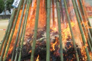燃えているやぐらの火に近づき、炎が大きく見えます