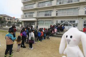 豚汁をもらうため校舎前に子ども達が並んでいます