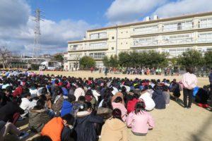 避難してきた子ども達が校庭に整列して座っています