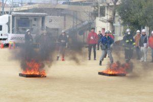 消火訓練のため校庭に2つの火を起こしています。それぞれ火が燃え黒い煙が上がっています