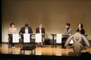 久先生、前田先生、足立さんに加え、はなみずき保育園保護者の平尾さん、仁川小学校PTAの放課後遊ぼう会委員会委員長の三浦さんの5人によるパネルトークのようす。