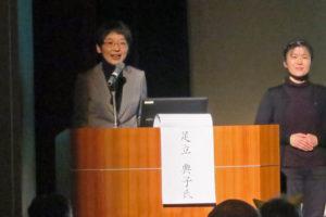 事例発表で舞台上にいる、認定NPO法人放課後遊ぼう会代表の足立さんと手話通訳の方。