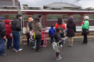幻の駅「鹿塩駅」があったあたりで、みんな熱心にガイドさんの説明を聞いている様子。すぐそばを阪急電車が通り過ぎていく。