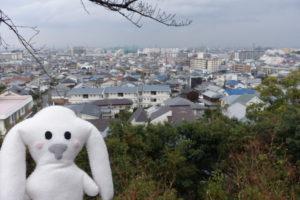 宝塚神社境内からの、素晴らしい眺望を背にしたまちキョン。