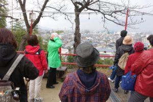 宝塚神社の境内から、街を眺める参加者の皆さん。