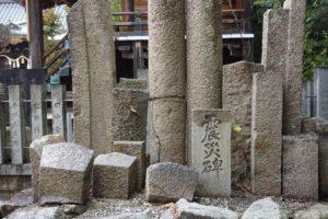 阪神・淡路大震災で倒壊した石鳥居などが「震災碑」として境内に集められている。