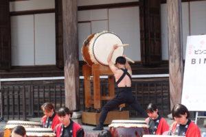 元気な和太鼓集団「熟光(ひかり)」のみなさんの、一番後ろで威勢よく大太鼓をたたく姿が写っています。ドンドンと音が聞こえてくるようです。