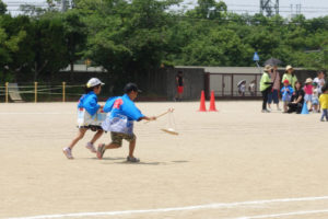 子ども達2人でいぇを繋ぎながらゴールに向かって一直線に走っていきます