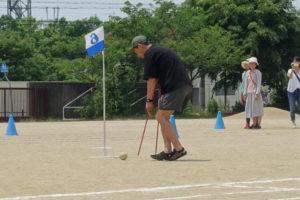 休憩の後は大人たちが参加するゲーム。2本の棒をうまく操りながらボールを転がして先にあるゴールを目指すゲームです参加したお父さんも2本の棒を上手く使っています