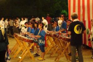 安倉音頭では子どもたちがお揃いの法被で太鼓を演奏