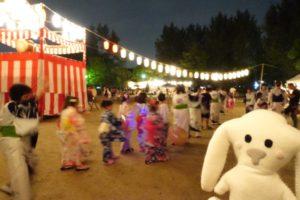 盆踊りの輪の中には浴衣を着た子供たちの姿も見られた