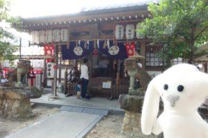 熊野神社のお堂と狛犬、まちキョンも映っています。