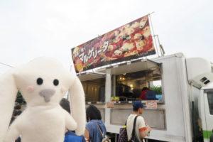 トラックで本格的なピザも販売中