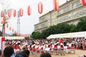宝塚小学校の「宝塚小学校少年少女音楽隊」がお祭りにきた皆さんの前で演奏を披露