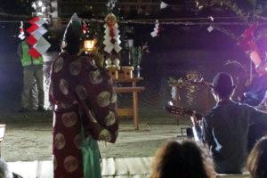 祭壇の前の舞台で、龍笛とギターの演奏が奉納されています。龍笛を演奏するのは神事装束のいでたち、ギターを演奏するのは山高帽に洋装の男性。楽器と服装の洋と和がそれぞれ融合し、いい音色が響き合って聞こえてくるようです。