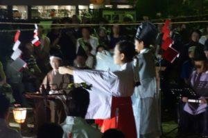 楽器演奏や舞の奉納が終わり、神主さんと一人の巫女さんが前に出て祭壇に向かって祝詞(のりと)をあげています。