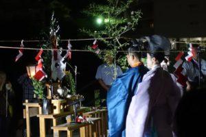 観月の夕べの大詰め、青い装束の神主さんと紫の装束の神主さんが、祭壇に向かって最後の神事をしています。
